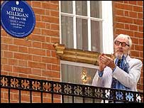 Eric Sykes unveils the plaque