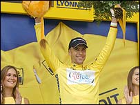 Brad McGee celebrates his yellow jersey with Carlier (left)