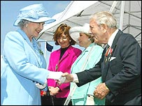 Sir Norman Wisdom shakes hand with the Queen