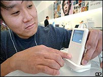 Consumer trying out the iPod digital music player