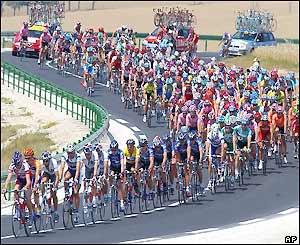 The peloton reach the summit of the Cote de Tonnerre