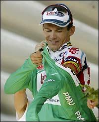 Robbie McEwen dons the green jersey