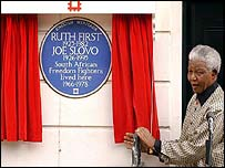 Nelson Mandela unveils the blue plaque