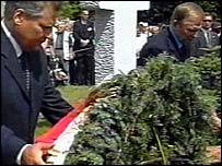 Kwasniewski and Kuchma lay wreaths at the memorial