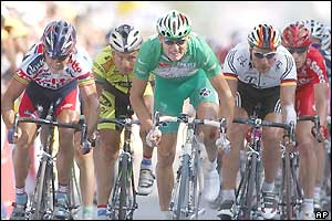 Baden Cooke (centre) beats the rest of the peloton in the sprint to the finish line
