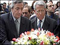 Nestor Kirchner (left) and chairman of the Delegation of the Argentine Israelite Associations Jose Hercman