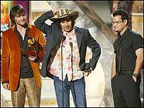 grupo Bacilos acepta premio del mejor �lbum pop en los Grammy latinos de 2003