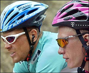 Jan Ullrich talks with Kazakhstan's Alexandre Vinokourov