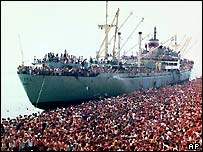 1991: Albanian migrants at the Italian port of Brindisi