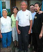 Albert Kuvezin, con su esposa, padres y hermana.   Foto: Manuel Toledo.