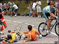 Jan Ullrich of Germany (right) evades Iban Mayo and Lance Armstrong (left)