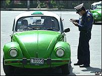Policía revisa documentos de taxista en Ciudad de México