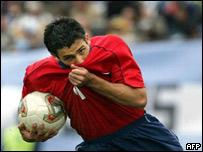 Milovan Mirosevic celebra el primer gol chileno