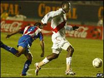 Andrés Mendoza se prepara para anotar el segundo tanto peruano.