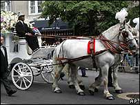 The body of Celia Cruz being carried on a horse-drawn carriage