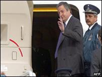 N�stor Kirchner en la puerta del avi�n que lo lleva a Estados Unidos