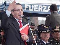 El presidente Uribe habla durante una ceremonia militar.