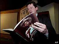 Abogado de DD.HH. lee una copia del libro