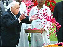 Ariel Sharon, left, offers floral tributes at the Mahatma Gandhi memorial