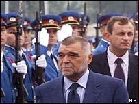 Croatia's President Mesic (l) and Serbia-Montenegro's Svetozar Marovic