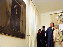 Lagos desvela el cuadro de Allende en la moneda acompa�ado por Hortensia Bussi.