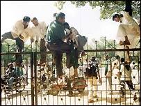 Karnataka farmers raid building