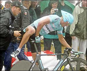 Ullrich quickly gets back on his bike