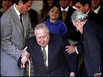 General Augusto Pinochet junto a su hijo Marco Antonio (izq) y Hern�n Briones , presidente de la Fundaci�n Pinochet