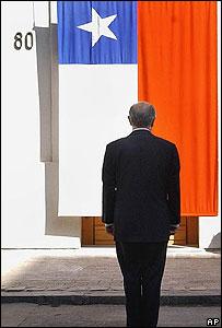 El presidente Ricardo Lagos reabre la puerta por la que fue retirado el cad�ver de Allende.