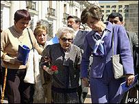 Hortensia Bussi (cen.), viuda de Allende, y su hija Isabel (der)