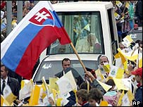 Popemobile met by crowds in Banska Bystrica