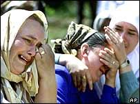 Relatives mourn Srebrenica victims