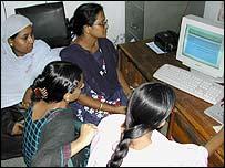 Mujeres bengalíes frente a la computadora