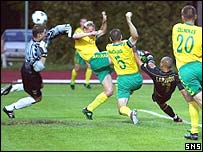 Henrik Larsson opens the scoring against Kaunas
