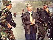 Fujimori junto a soldados.
