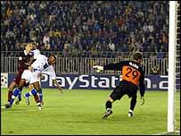 William Gallas scores for Chelsea in Prague