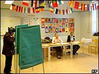 Swedes vote in referendum