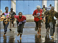 Civilians run away from shelling, Monrovia, 1 August 2003
