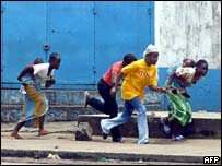 Citizens flee gunfire in Monrovia, July 2003