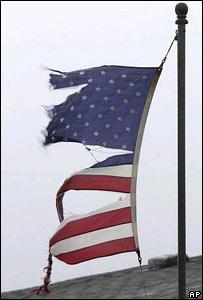 Bandera estadounidense desgarrada por los vientos de Isabel