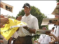 Tiger Woods firmando aut�grafos.