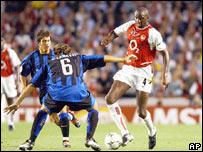 Patrick Vieira del Arsenal y Cristiano Zanetti del Inter de Milán.