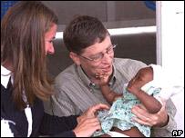 Bill Gates y su esposa Melinda en un centro de salud en Mozambique.