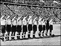 Английские футболисты на берлинском Олимпийском стадионе. 1938 год