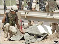 Soldado estadounidense junto a un compañero suyo muerto
