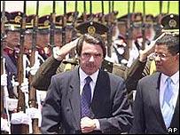 José María Aznar, jefe del gobierno español, y el presidente de El Salvador, Francisco Flores