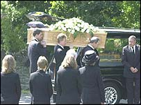 The coffin of Dr David Kelly is carried in to church by family members as the scientist's wife and family look on