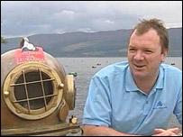 Lloyd Scott, con su antiguo traje de buzo.