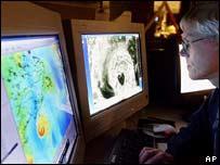 Un experto sigue la evolución de Juan desde el Centro de Huracanes en Nova Scotia.