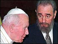Fidel Castro recibe a Juan Pablo II en Cuba
